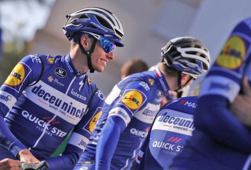 Enric Mas, segundo clasificado en la pasada edición de la Vuelta a España, junto a sus compañeros de equipo antes de entrenar.