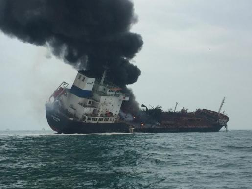 Vista del petrolero 'Aulac Fortune' tras originarse un incendio a bordo cuando navegaba por aguas del sur de la isla de Lamma, en Hong Kong.