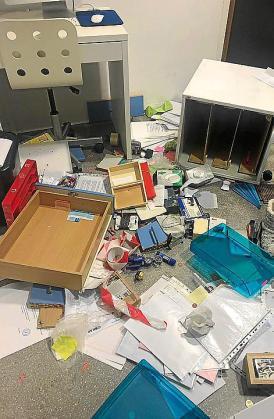 Los ladrones desparramaron objetos por el suelo del centro.
