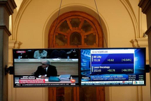 Pantalla en la Bolsa donde se seguía el juicio contra el expresidente de Bankia Rodrigo Rato.