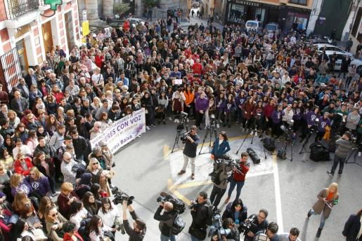 Más de trescientas personas se han concentrado junto al ayuntamiento de Callosa d'En Sarrià (Alicante), para expresar su repulsa a la supuesta agresión sexual de cuatro individuos a una joven de 19 años durante la noche de Nochevieja.