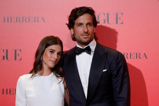 El tenista Feliciano López y su pareja, Sandra Gago, posan en el photocall del 30 aniversario de la revista Vogue.
