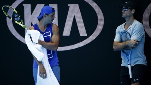 Rafael Nadal conversa con Carlos Moyà durante su entrenamiento en Melbourne Park.