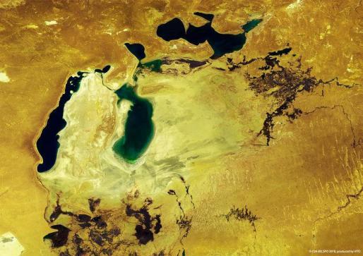 Imágen del satélite del Mar de Aral, que una vez un gran lago encerrado entre Kazajstán en el norte y Uzbekistán en el sur.