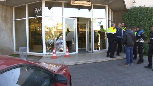 Momento después del incidente en el que un hombre ha estampado su vehículo contra la puerta principal de los estudios de TV3.