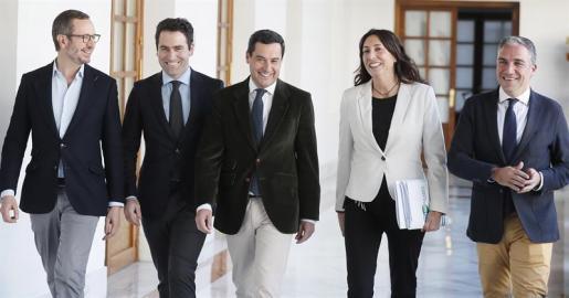 La delegación política del Partido Popular, encabezada por su líder regional, Juanma Moreno (3i) y el secretario general a nivel nacional, Teodoro García Egea (2i), antes de la reunión en la Cámara autonómica con la delegación de Ciudadanos encabezada por Juan Marín.