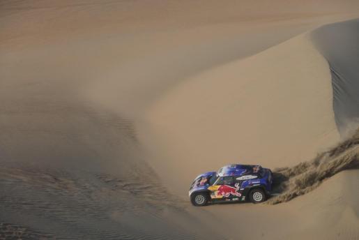 El español Carlos Sainz conduce su vehículo Mini.