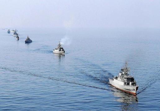 Un grupo de buques de la Armada iraní, durante unas maniobras ayer cerca del estrecho de Ormuz.