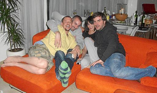 McQueen, un amigo, Annabelle Neilson y Sebastià Pons, en la casa vendida.