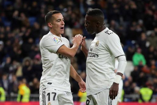 Los jugadores del Real Madrid, Lucas Vázquez (i) y el brasileño Vinicius Junior, celebran el segundo gol del equipo blanco.
