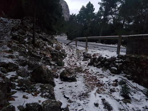 Fina capa de nieve en la Serra de Tramuntana a la altura del túnel de Monnàber.
