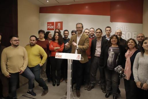 José Hila, con su equipo, durante la presentación de su candidatura.