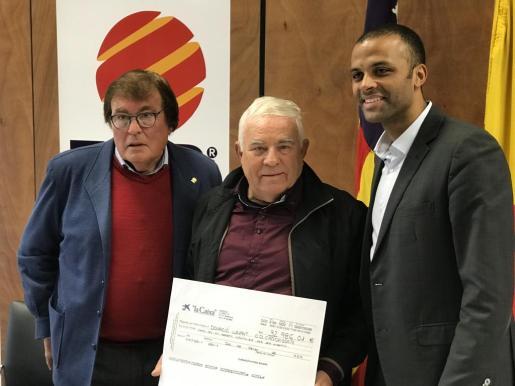 Miquel Bestard, Biel Servera y Maheta Molango, durante la entrega del cheque al Cardassar.