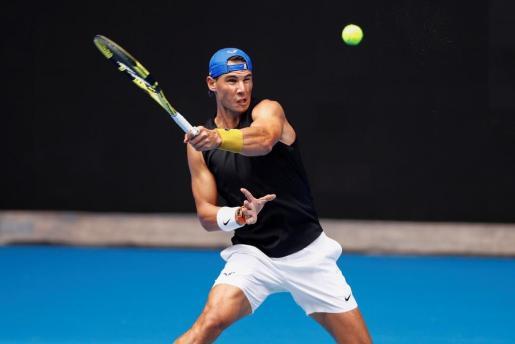 El tenista español Rafael Nadal en acción durante una sesión de entrenamiento en la pista Rod Laver Arena.