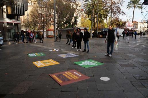 El GOB ha dispuesto diversos mensajes en pancartas de un metro cuadrado en la plaza de España.