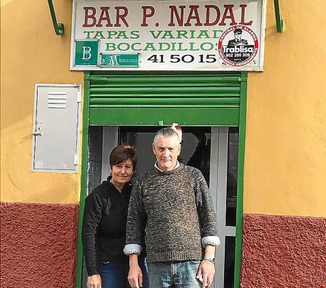 José Corral y su esposa, Antonia Nadal, en la puerta de lo que fue su bar.