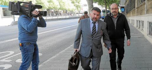 Escribá, a la derecha, fue interrogado en el juzgado hace dos años en la causa por estafa que se archivó.