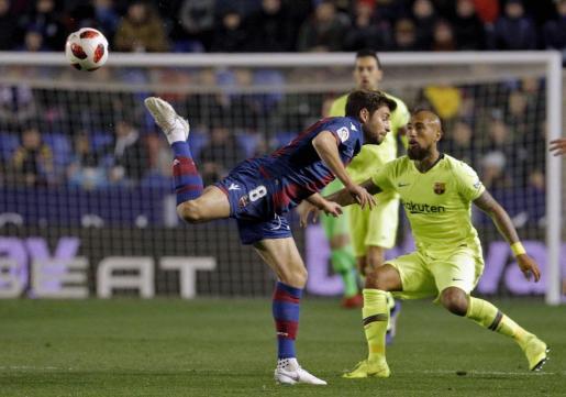 El jugador chileno del FC Barcelona, Arturo Vidal (d), disputa un balón con el centrocampista bosnio del Levante UD, Sanjin Prcic.