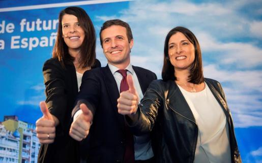 El presidente del Partido Popular, Pablo Casado (c), y las candidatas del PP al Gobierno de Cantabria, Ruth Beitia (i), y a la alcaldÍa de Santander, Gema Igual (d), durante la presentación de las candidaturas.