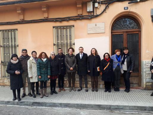 Momento de la colocación de la placa para conmemorar al escritor Josep Maria Llompart y a su mujer, Encarnación Viñas.