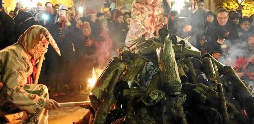 Los Dimonis son los encargados de encender el primer 'fogueró'.