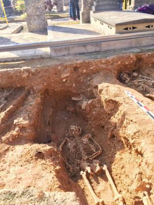 Imagen de los restos hallados en la fosa de Llucmajor.