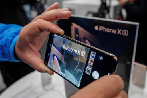 Fotografía de archivo en la que un hombre prueba la cámara del nuevo iPhone XS.
