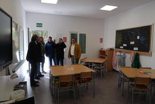 Momento de la visita de las autoridades a la escuela Joan Mas i Verd de Montuïri.