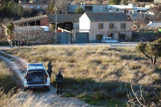Efectivos policiales en las inmediaciones de la casa en la que un vecino de 43 años de la localidad zaragozana de Fuentes de Ebro ha asesinado presuntamente a su madre, de 75 años, y que se ha atrincherado.