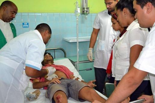Fotografía cedida por el periódico Juventud Rebelde que muestra a heridos del accidente masivo de tráfico ocurrido en la provincia de Guantánamo (Cuba). Veintidós de los 33 heridos en el accidente son ciudadanos extranjeros.