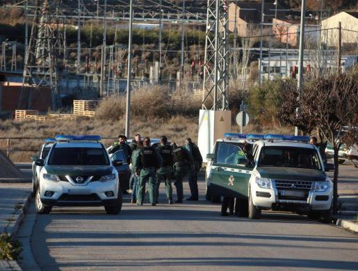 Efectivos policiales en las inmediaciones de la casa en la que un vecino de 43 años de la localidad zaragozana de Fuentes de Ebro ha asesinado presuntamente a su madre, de 75 años.