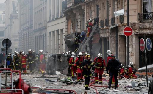 Los bomberos, desplegados tras la explosión registrada este sábado en una panadería del Distrito 9 de París.