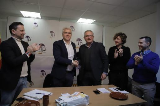 Josep Melià, segundo por la izquierda, tras su proclamación como candidato de El PI a las elecciones municipales en Palma.