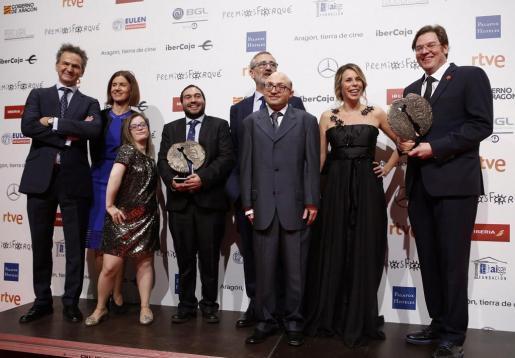 """El equipo de la película """"Campeones"""" posa con sus premios tras la celebración de la gala de los Forqué."""