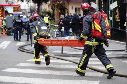 Los bomberos intervienen tras la explosión de gas registrada en una panadería de París.