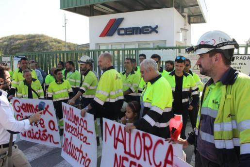 Concentració de treballadors de CEMEX davant la fàbrica de Lloseta   Concentració de treballadors de CEMEX davant la fàbrica de Llo