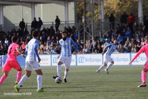 Marcos Jiménez de la Espada, delantero del ATB, avanza con el balón durante el partido disputado este domingo en Son Malferit