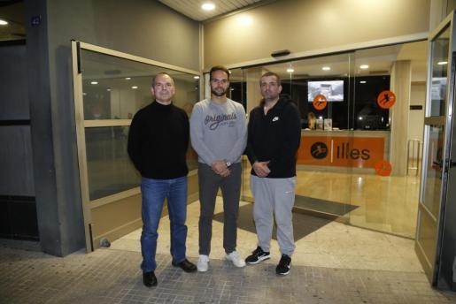 Pep Prats, Jaime Bosch y Mateu Crespí, en la puerta del gimnasio.