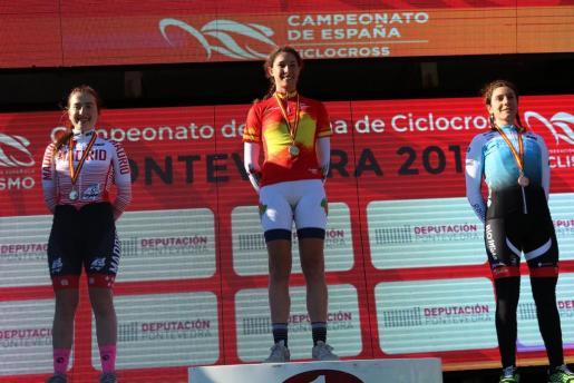 Lucía Gómez, en el centro de la imagen, en el podio de Pontevedra con su maillot de campeona de España.