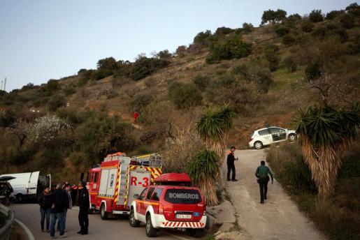 Miembros de la Guardia Civil, Proteción Civil, Bomberos coordinan el dispositivo de rescate del niño de 2 años que ha caído este domingo a un pozo de unos 150 metros de profundidad en la localidad malagueña de Totalán.