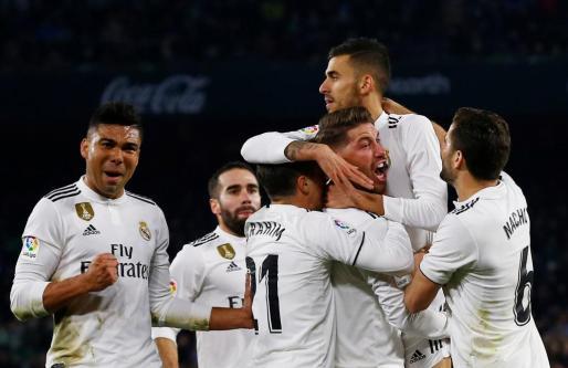 Los jugadores del Madrid felicitan a Ceballos tras su gol.