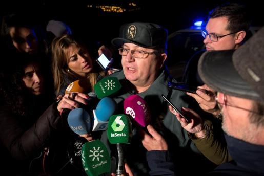 El portavoz de la Guardia Civil en Málaga, Bernardo Molto, atiende a los medios de comunicación para informar de las labores de rescate del niño de 2 años que ha caído esta tarde a un pozo de unos 150 metros de profundidad en la localidad malagueña de Totalán.