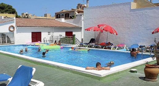 Bañistas disfrutando de la piscina de una comunidad, en una imagen de archivo.