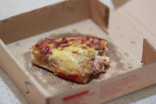 La víctima dejo un trozo de pizza sobre el coche del presunto agresor.