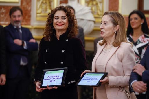 La ministra de Hacienda, María Jesús Montero (i), hace entrega a la presidenta del Congreso de los Diputados, Ana Pastor (d), el Proyecto de Presupuestos Generales del Estado para 2019.