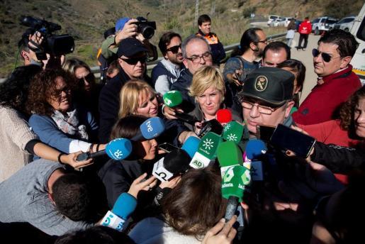 El portavoz de la Guardia Civil, Bernardo Moltól, en declaraciones a los periodistas en la localidad malagueña de Totalán.