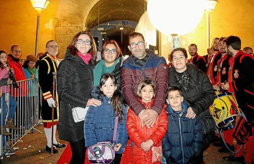 Ana Peralta, Sonia Alcalá, José Villar y Ana Rosino. Delante: Marta Mestre, Erika Villar y Daniel Rosino, ante los Tamborers de la Sala que abrieron paso a los Reyes Magos.