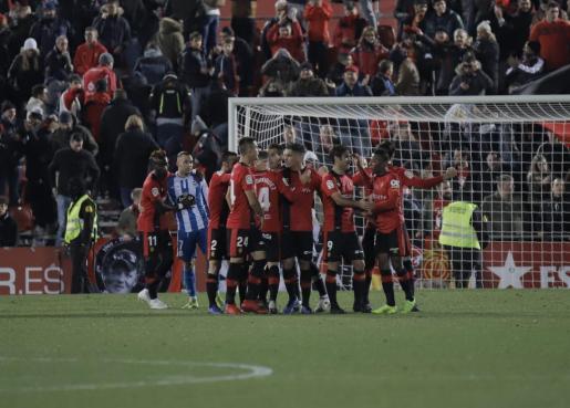 Los jugadores del Mallorca celebrando el triunfo ante el Deportivo de la Coruña.