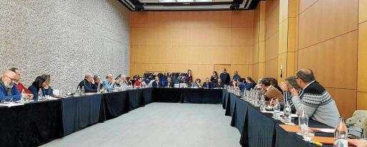 La mesa de negociación del ERE de Cemex está formada por trece representantes de la empresa y otros trece de los sindicatos UGT y CC.OO.