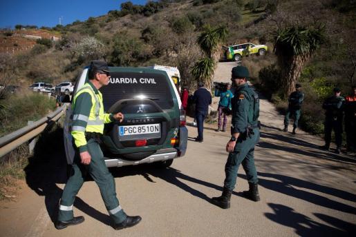 Miembros de la Guardia Civil en los alrededores de la finca privada en la localidad malagueña de Totalán, donde desde se trabaja en el rescate de Yulen, el niño de dos años que cayó a un pozo de más de cien metros de profundidad.